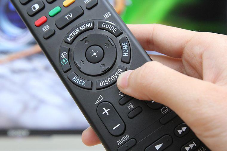 Chọn nút home trên remote để vào giao diện điều khiển của tivi